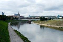 白色桥梁的看法在维尔纽斯 库存照片