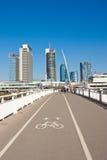 白色桥梁-步行者和自行车桥梁和现代大厦 库存图片