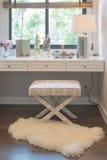 白色梳妆台和椅子与妇女的辅助部件有花瓶的 图库摄影