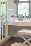 白色梳妆台和椅子与妇女的辅助部件有花瓶的 库存图片