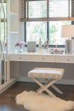白色梳妆台和椅子与妇女的辅助部件 库存照片