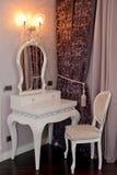 白色梳妆台和椅子在客厅 免版税库存照片