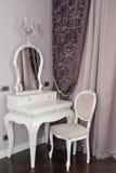 白色梳妆台和椅子在客厅 免版税图库摄影