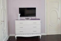 白色梳妆台在卧室 免版税库存图片