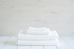 白色棉花毛巾用途在木背景的温泉卫生间里 免版税库存照片