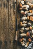 白色森林蘑菇和刀子在土气木背景 免版税图库摄影