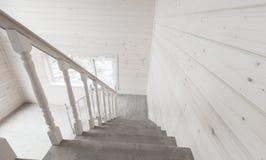 白色楼梯栏杆 空的木房子 免版税库存照片