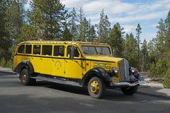 1936白色模型706游览车,黄石国家公园 免版税库存照片