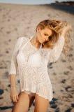白色比基尼泳装的可爱的年轻白肤金发的妇女在白色沙子 秀丽,时尚,假期概念 库存照片