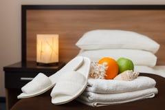 白色毛巾和拖鞋在旅馆客房 库存照片
