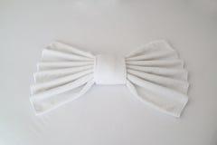 白色毛巾折叠了入弓形状 免版税库存照片