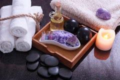 白色毛巾由麻线连接了在按摩的集合旁边从卞石头,芳香油和紫色盐,在附近 图库摄影