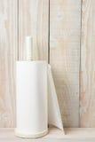 白色毛巾白色墙壁 免版税库存照片