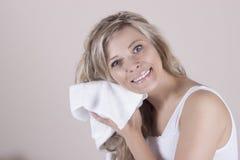 白色毛巾的美丽的妇女抹她的湿头发与毛巾 库存照片