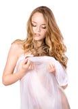 白色毛巾的美丽的少妇。 图库摄影