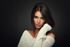 白色毛线衣的美丽的妇女 免版税库存图片