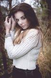 白色毛线衣的美丽的深色的妇女 库存图片