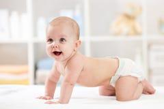 白色毯子的可爱的爬行的婴孩 免版税图库摄影