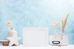 白色水平的照片框架嘲笑与花瓶的,在架子的陶瓷装饰植物 斯堪的纳维亚样式 免版税库存照片