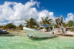 白色汽船在海 免版税图库摄影