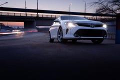 白色汽车丰田凯美瑞XV50 免版税库存照片