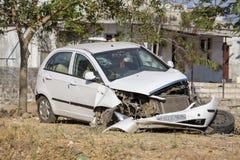 白色汽车从在街道上停放的事故严厉地损坏了在印度 免版税库存照片