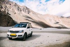 白色汽车在高地山场面停放了在Leh,印度 图库摄影