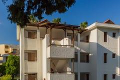 白色汽车旅馆大厦在土耳其 免版税库存照片
