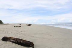白色沙子使蓝色多云天空靠岸 免版税库存照片