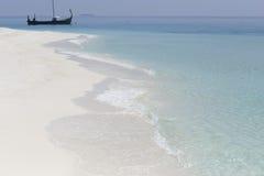 白色沙子和绿松石海热带海岛 库存图片