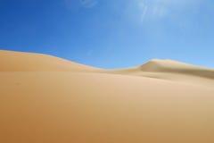 白色沙子沙漠沙丘在撒哈拉大沙漠 图库摄影