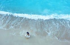白色沙子海滩和大海与美好的新娘和新郎可爱的夫妇 库存图片