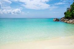白色沙子海滩和绿宝石水晶海 免版税库存照片