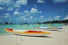 白色沙子,鲜绿色海 免版税库存图片