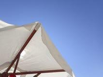 白色沙滩伞 免版税图库摄影