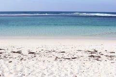 白色沙滩和蓝色海洋,菲茨杰拉德海岸在Munglinup,西澳州 免版税库存图片