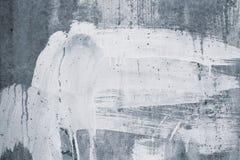 白色油漆污点的抽象样式在灰色混凝土墙上的 在灰色背景的油漆滴水 毛面膏药纹理 老stu 库存照片