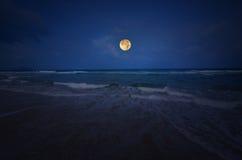 白色波浪和蓝色海有满月的 库存照片