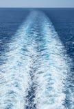 白色波浪在游轮#2后形成了 库存照片