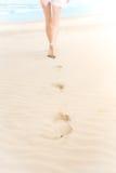 白色泳装的亭亭玉立的女孩走到海洋的 库存照片