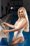 白色泳装的性感的白肤金发的妇女 图库摄影