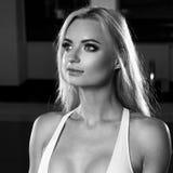 白色泳装的性感的白肤金发的妇女 库存图片