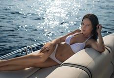 白色泳装的美丽的女孩 免版税库存照片