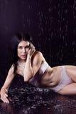 白色泳装的魅力少妇在雨中 图库摄影