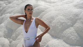 白色泳装身分的性感的年轻女人在一座白色山 股票视频