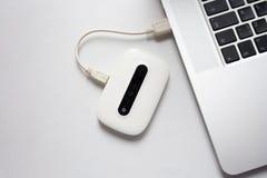白色流动WiFi被连接到膝上型计算机 库存照片
