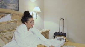 白色浴巾的可爱的夫人去在旅馆客房睡 股票视频