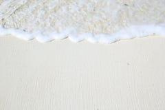 白色海岸线海滩特写镜头与波浪的 库存图片