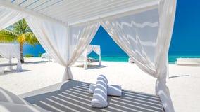 白色海滩机盖 在手段的豪华海滩帐篷 海滩风景、豪华假期和旅行背景conce美妙的看法  免版税库存图片