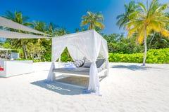 白色海滩机盖 在手段的豪华海滩帐篷 海滩风景、豪华假期和旅行背景conce美妙的看法  免版税图库摄影